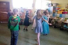 dzieci bawiące się w grupie
