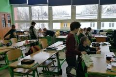 uczniowie w klasie podczas dyktanda