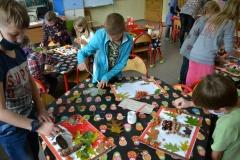 uczniowie tworzący prace plastyczne