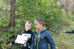 uczniowie w lesie