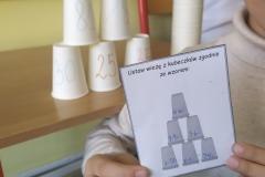 Kubki ustawione w piramidę